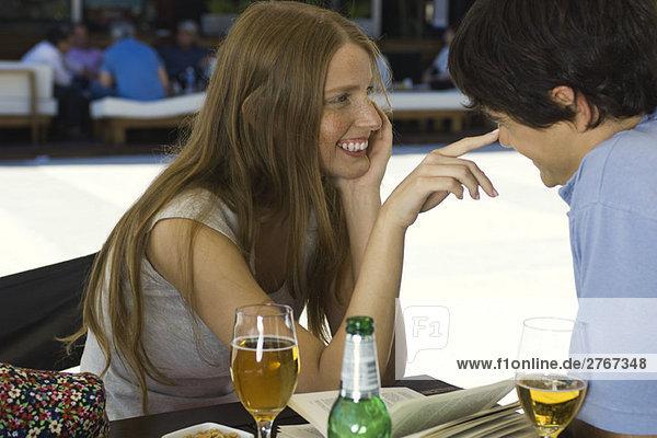Junges Paar flirtet im Outdoor-Café
