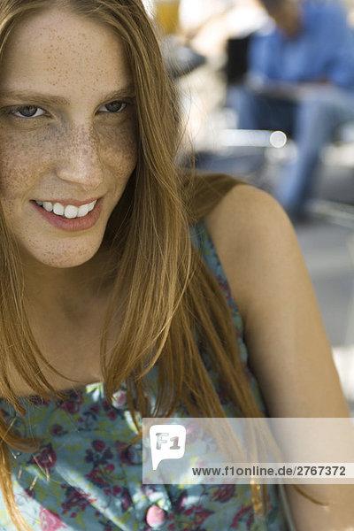 Junge Frau im Tank Top  Portrait