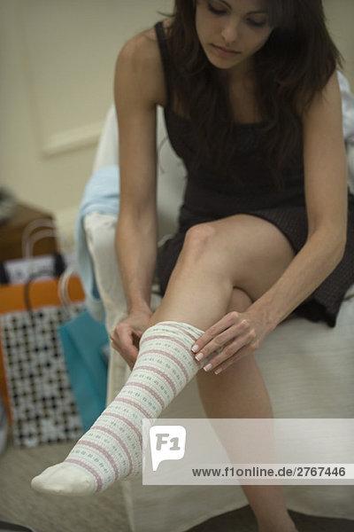 Junge Frau zieht Socken an