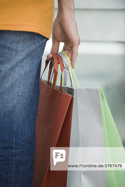 Frauenhand mit Einkaufstaschen  Nahaufnahme
