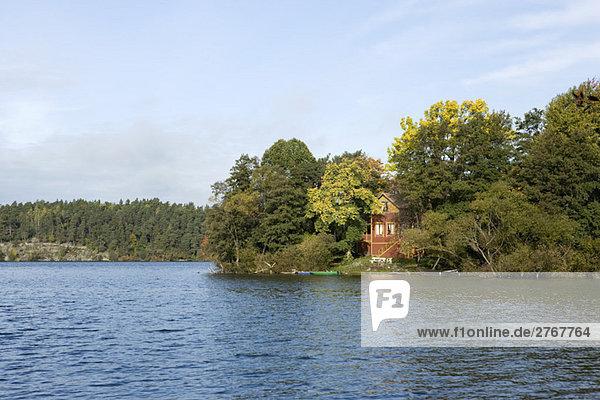 Wasserrand Laubwald Wohnhaus See