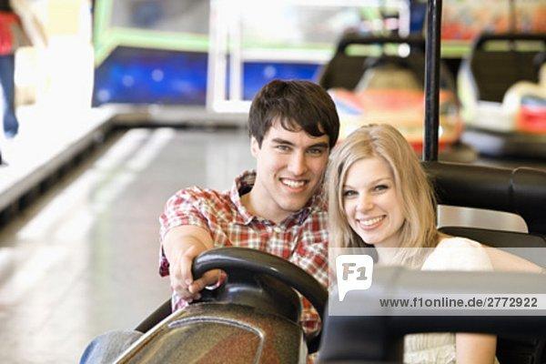 Portrait von teenage Paar in Stoßstange Auto sitzt