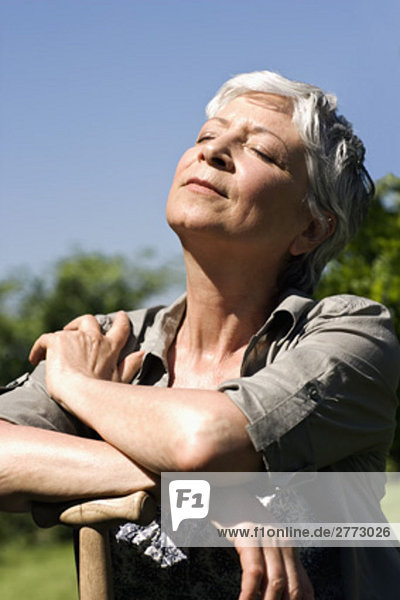 Portrait Frau Fröhlichkeit Sommer reifer Erwachsene reife Erwachsene Garten Sonne
