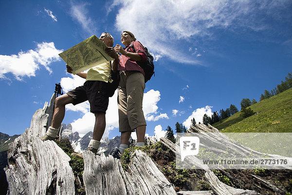 Berg sehen Landkarte Karte reifer Erwachsene reife Erwachsene wandern