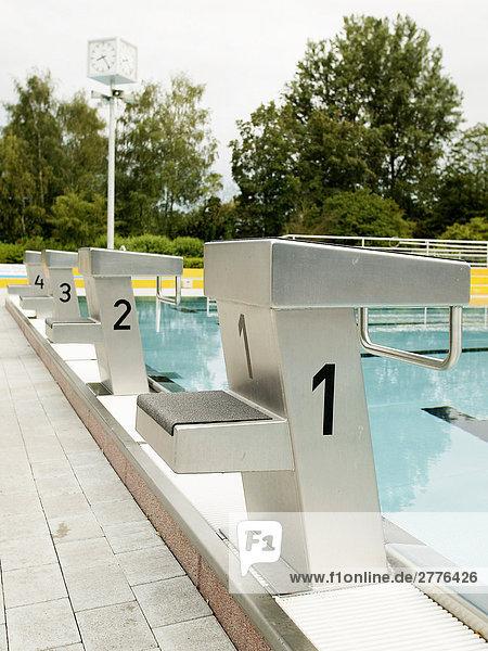 Beckenrand schwimmen Start
