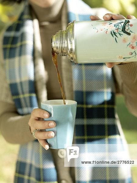 Mitte Schnittansicht Frau Gießen Kaffee in der Tasse