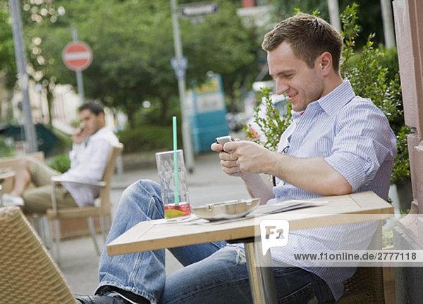 Man Textnachrichten am Tisch Man Textnachrichten am Tisch