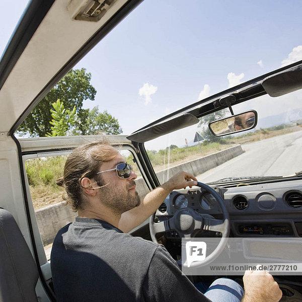 Mann fährt im Jeep