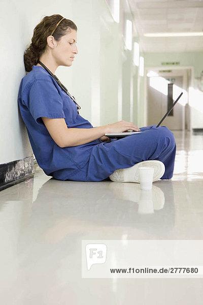 Eine Ärztin auf ihrem Laptop