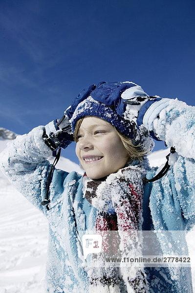 Portrait eines jungen lächelnd auf verschneiten Landschaft