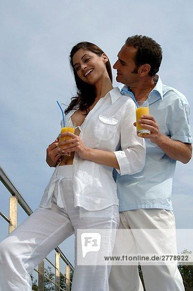 Paar mit Getränken