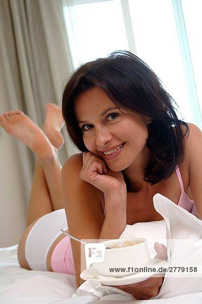 Frau ißt Müsli zum Frühstück