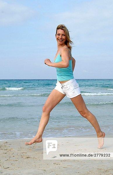 Joggende Frau am Meer