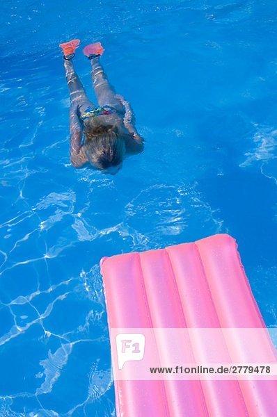 Luftmatratze im Wasser und ein Person unter Wasser