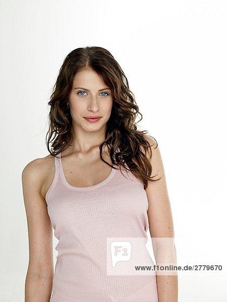 Frau mit dunkelrotem Haar trägt ein weisses Top