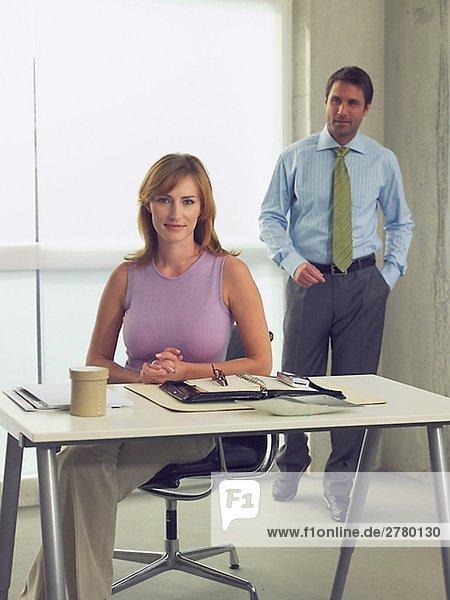 Geschäftsmann- und Frau am Schreibtisch
