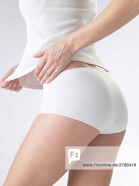 Frau in weisser Unterwäsche