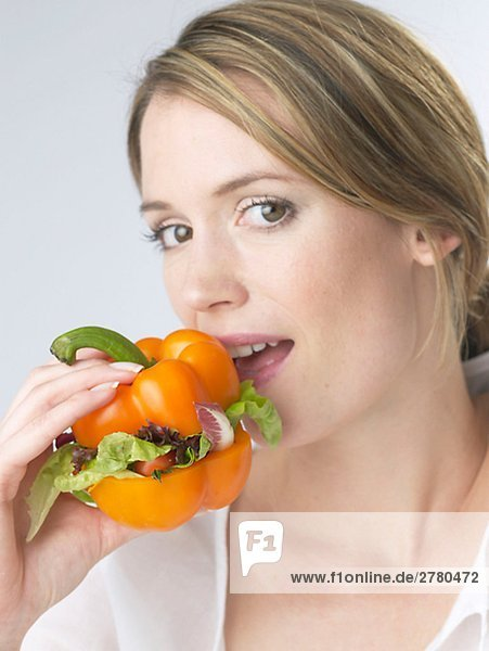 Frau mit Paprika Gemüseburger