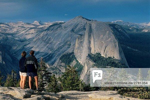 Blick auf halbe Kuppel und Tenaya Canyon von Sentinel Dome  Yosemite-Nationalpark  Kalifornien