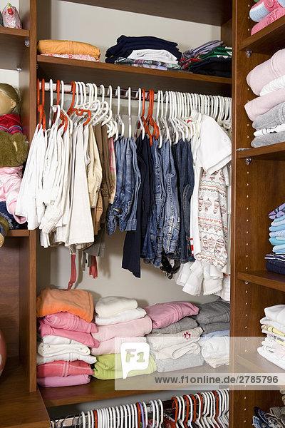 Kleider in einem Schrank