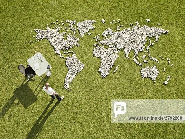 Felsbrocken Geschäftsmann arbeiten Produktion Landkarte Karte