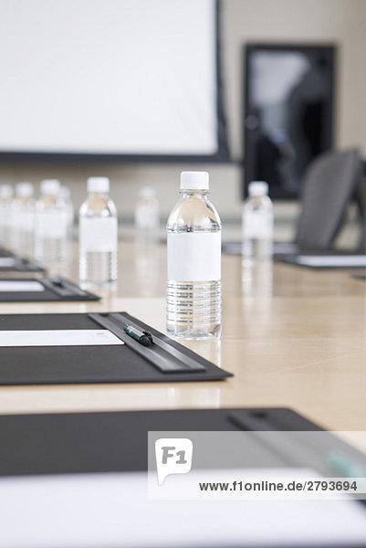 Close up of Wasserflaschen auf Konferenztisch