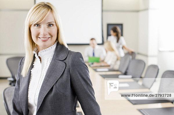 Porträt von lächelnd geschäftsfrau im Konferenzraum