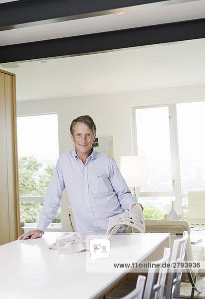 Portrait Mann Küche Tresen Zeitung vorlesen