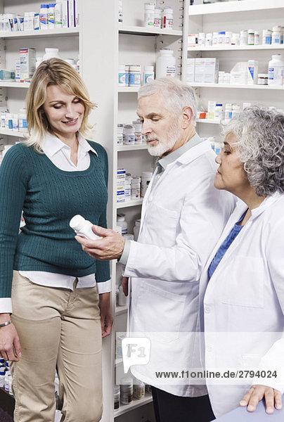 Apotheker erklären Medikamente an Kunden