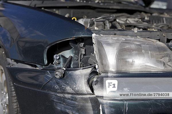 Nahaufnahme des zerstörten Autos
