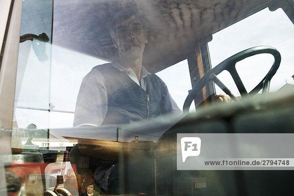 Frankreich  Champagne-Ardenne  Aube  Bauer im Traktor sitzend  Portrait