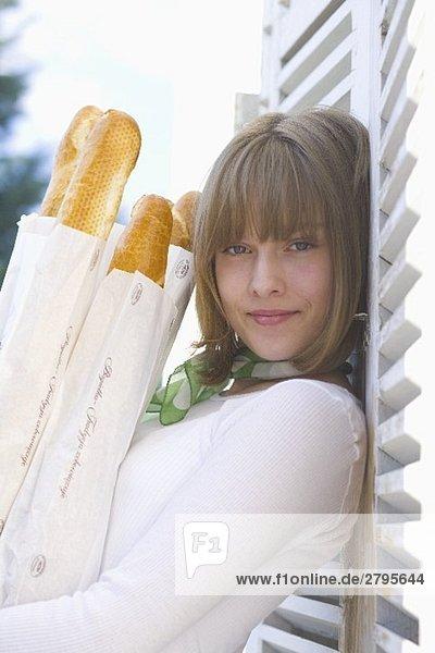 Junge Frau mit Baguettestangen