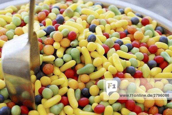 Verschiedene Bonbons mit einer Schaufel