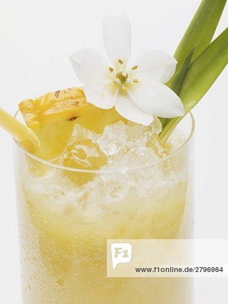 Ananasdrink mit Eiswürfeln (Close Up)