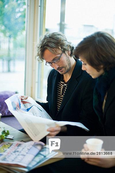 Ein Geschäftsmann und ein Geschäftsfrau mit einem Treffen Schweden.