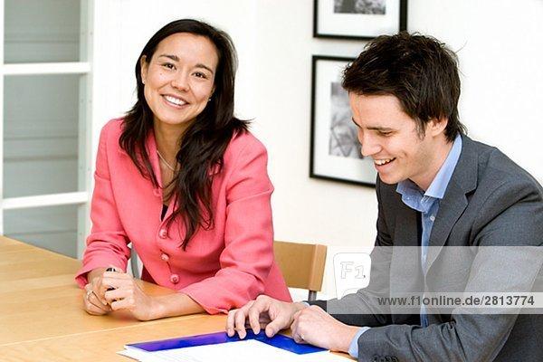 Ein Mann und eine Frau arbeiten in einem Büro Schweden.