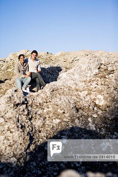 Ein paar auf einer Rock Gotland Schweden.