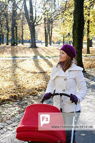 Mutter und Kind zu Fuß in einem Park Schweden.