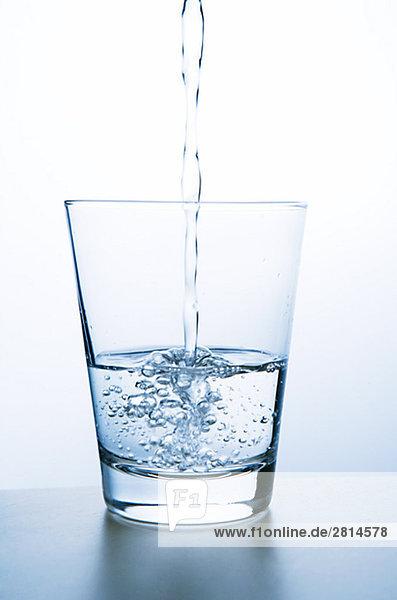 In Großaufnahme Glas Wasser.