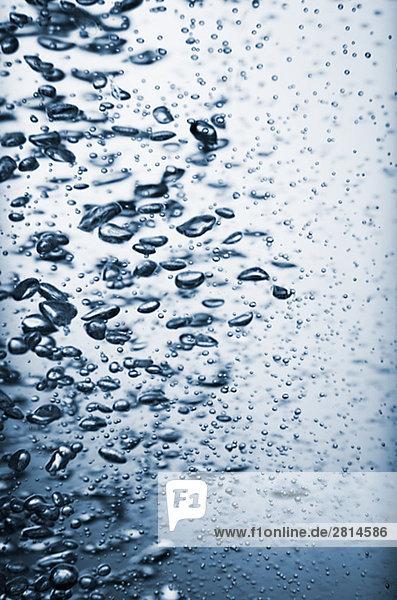 Blasen im Wasser Nahaufnahme.