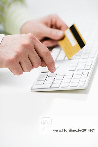 benutzen Computertastatur Tastatur halten Kredit Kreditkarte Karte