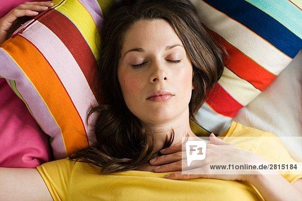 Eine skandinavische Frau im Bett legen.