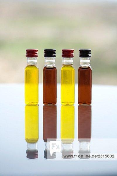Olivenöl und Weinessig.