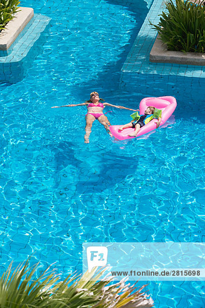 Frau Urlaub Sohn Schwimmbad
