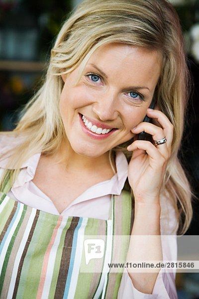 Einer blonden Frau in einem Blumengeschäft Schweden arbeiten.