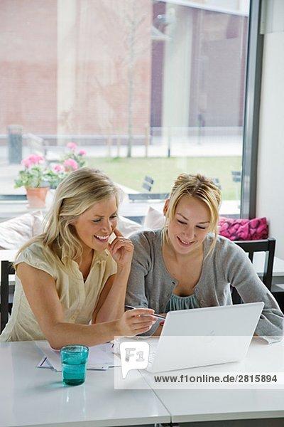 Zwei Frauen mit einem Treffen in ein CafÈ Schweden.