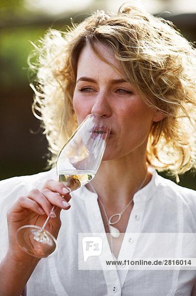 Eine Frau ein Glas Champagner Kopenhagen Dänemark.