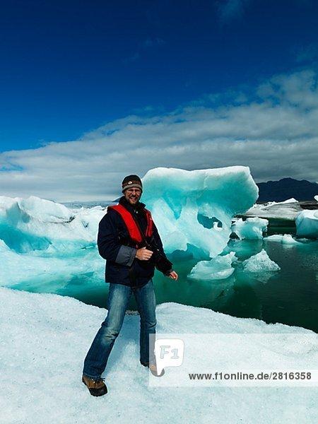 Ein Fotograf auf einem Eisberg Jokulsrln Vatnajokull Island.