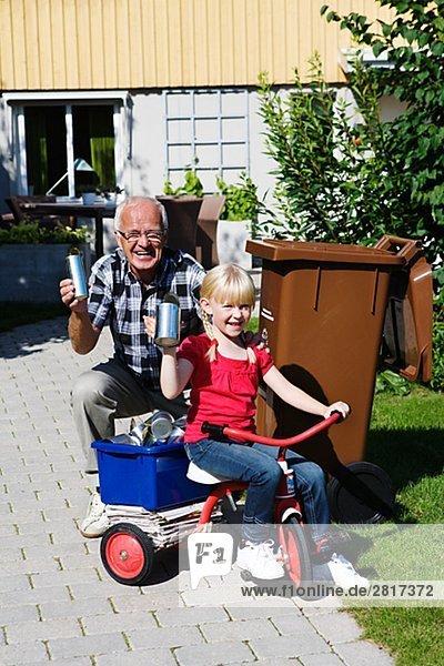 Enkeltochter Großvater Mülleimer Mülltonne