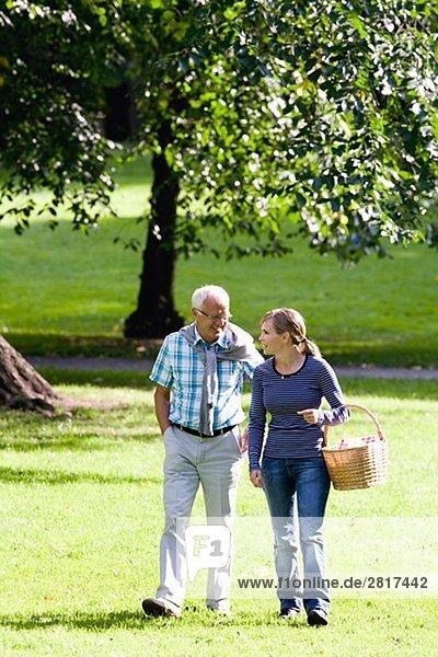 Frau und älterer Mann zu Fuß in den Park Schweden.